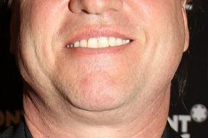Val Kilmer z roku na rok powiększa swoją objętość jego głowa przypomina księżyc w pełni z dwoma podbródkami.
