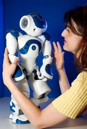dr Canamero ze smutnym robotem