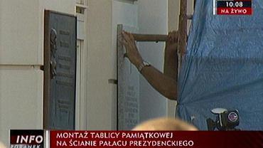 Wieszanie tablicy na Pałacu Prezydenckim