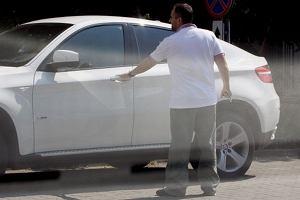 Agustin Egurrola podjechał pod swoją szkołę tańca na warszawskiej Ochocie wypasionym BMW X6 za około 300 tysięcy złotych. Napił się wody, pogadał ze swoimi pracownikami, po czym udał się na trening. Agustin w 12. edycji Tańca z gwiazdami będzie pracował jako choreograf.