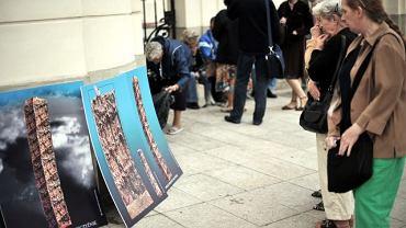 Wizualizacje pomnika ofiar katastrofy smoleńskiej obrońcy krzyża prezentowali na przeciw Pałacu Prezydenckiego