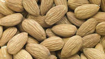 """Migdały i orzechy zawierają w składzie """"dobre"""" tłuszcze, dostarczają witaminę E, która zwalcza wolne rodniki. Odpowiadają również za utrzymanie przez skórę wilgoci."""