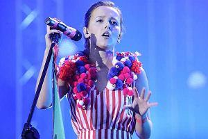 TYTUŁ: Wczoraj Brodka wystąpiła na Orange Warsaw Festival. Artystka zaśpiewała materiał ze swojej nowej płyty, która ukaże się już 20 września. Wyglądała zjawiskowo. W końcu Monika zawsze uchodziła za ikonę mody.Wyszła na scenę na bosaka. Miała na sobie kombinezon, do którego doczepione były różne kuleczki.