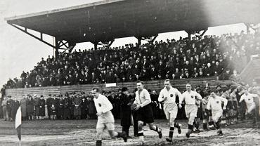 Gerard Wodarz prowadzi na mecz jedenastkę Ruchu Chorzów. Przed wojną mało kto zwracał uwagę na jakość strojów piłkarskich, bo liczył się tylko sport