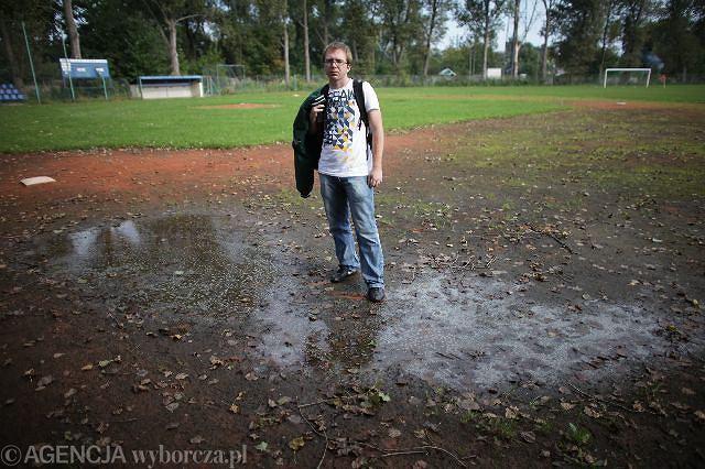 Paweł Zawadzki z Pasikoników na boisku w Piasecznie. Nie da się tu trenować