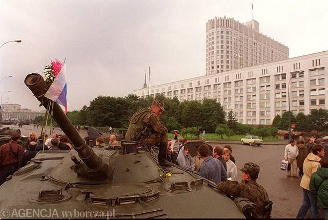 Ludność Moskwy nie poparła spiskowców. Kilka tysięcy ludzi stanęło na barykadach otaczających siedzibę parlamentu republiki Rosji - tzw. Białego Domu.