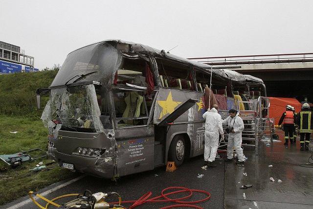 Polski autokar uderzył w przęsło wiaduktu