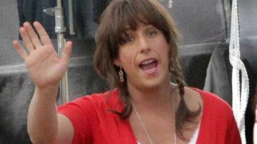 """Fotoreporterzy przyłapali Adama Sandlera w damskich ciuszkach na planie najnowszego filmu """"Jack & Jill""""."""
