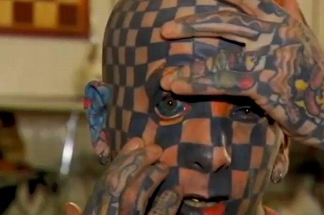 Kiedy zabrakło miejsca na kolejne tatuaże na skórze, nie było wyjścia. Matt ''musiał'' umieścić tatuaże na gałkach ocznych.