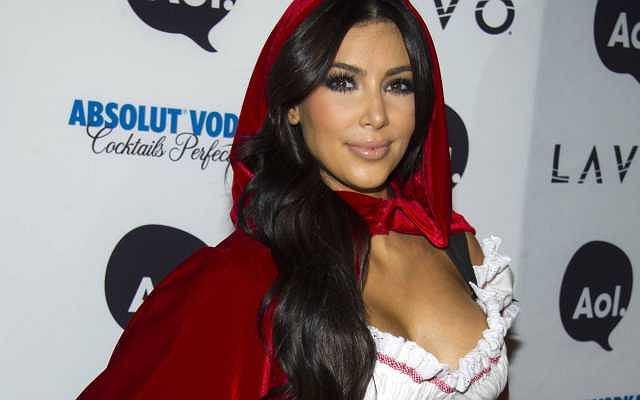 Kim Kardashian wpadła na walloweenowe party supermodelki Heidi Klum. Gwiazdka przebrała się chyba za Czerwonego Kapturka. Bardzo seksownego Czerwonego Kapturka dodajmy. A tak na marginesie gdzie jest babcia i wilk...