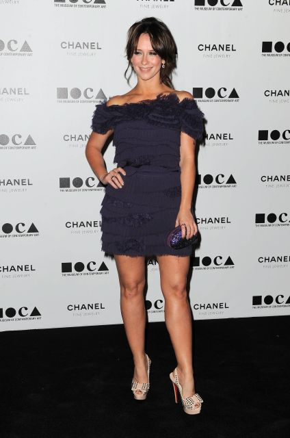 Jennifer Love Hewitt arrives at the Museum Of Contemporary Art  Annual Gala presenting Envisioned by artist Doug Aitken at MOCA Grand Avenue on Saturday Nov. 13, 2010, in Los Angeles.  (AP Photo/Katy Winn)