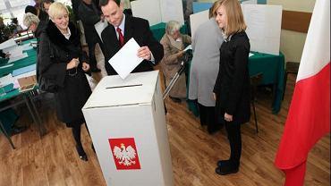 Kandydat PiS na prezydenta Krakowa Andrzej Duda głosuje wraz z rodziną
