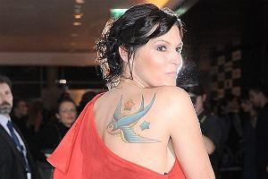 Ilona Felicjańska posiada niebanalny tatuaż na łopatce w postaci jaskółki. To zabawne, bo dla wielu jaskółka kojarzy się na przykład z kontrolą policyjną. Już wiecie o co chodzi?