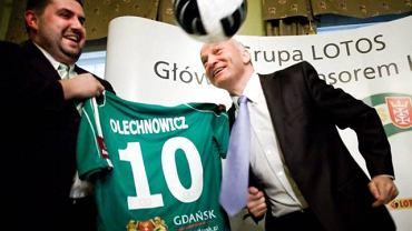 2010 rok. Były prezes Lechii Gdańsk Maciej Turnowiecki (po lewej) i prezes Grupy Lotos Paweł Olechnowicz w dniu podpisania umowy sponsorskiej
