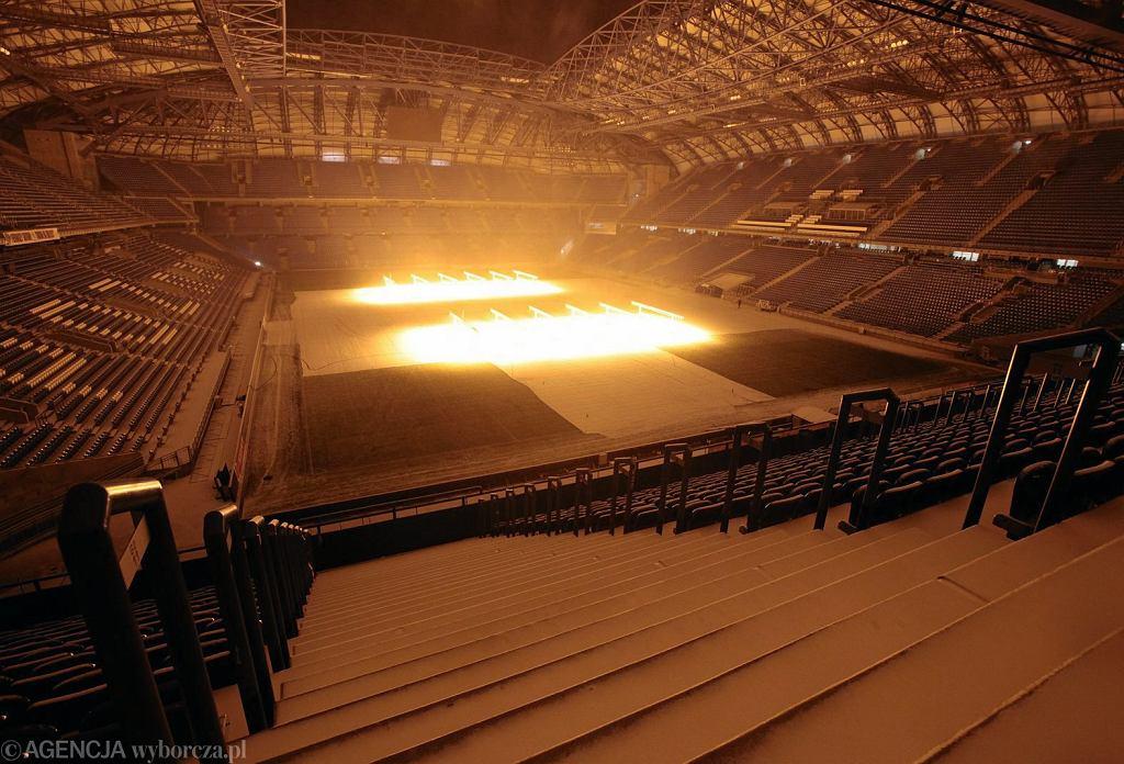 Trawa na stadionie jest naświetlana przed meczem specjalnymi lampami