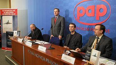Od lewej: Robert Latkowski, Tomasz Białoszewski, Jan Osiecki, Siergiej Amielin podczas konferencji prasowej o książkach o katastrofie smoleńskiej