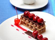 Deser czekoladowo-orzechowy podawany z karmelizowanymi wiśniami - ugotuj