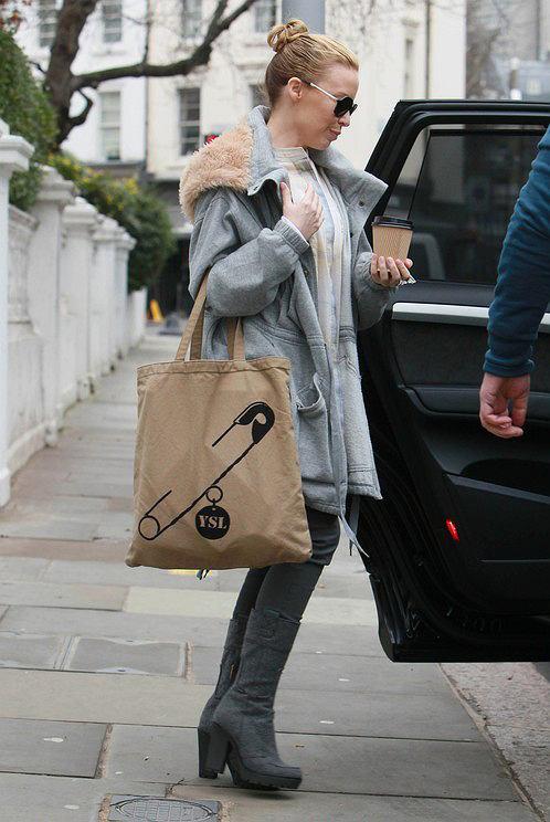 Kylie Minogue wychodzi z domu z torbą YSL