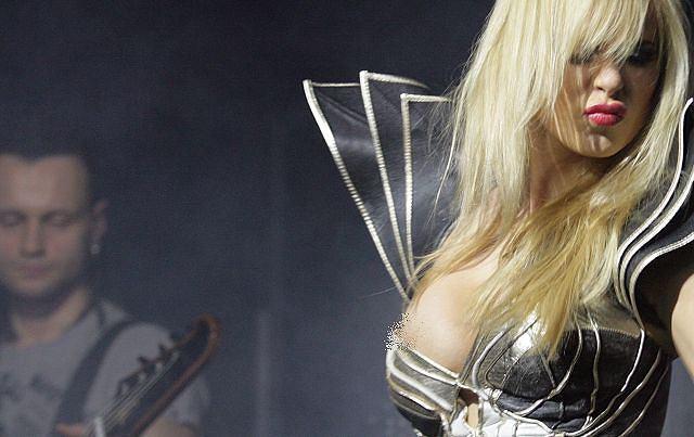 Doda jest jedną z najbardziej rozchwytywanych polskich gwiazd. Artystka gra koncerty nie tylko w sezonie wakacyjnym. Praktycznie w każdy weekend występuje dla fanów. Wczoraj Doda zagrała koncert w Rzeszowie. Tradycyjnie dużo było wybuchów, ognia i seksownych kreacji Dody. Podczas wykonywania jednej z piosenek, Rabczewskiej prawie wyskoczyła pierś.