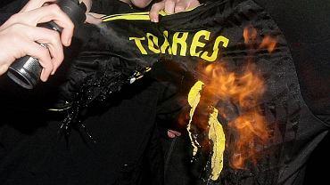 Kibice Liverpoolu palą koszulkę Fernando Torresa