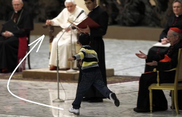 Chłopiec podbiegł do Benedykta XVI w czasie audiencji.