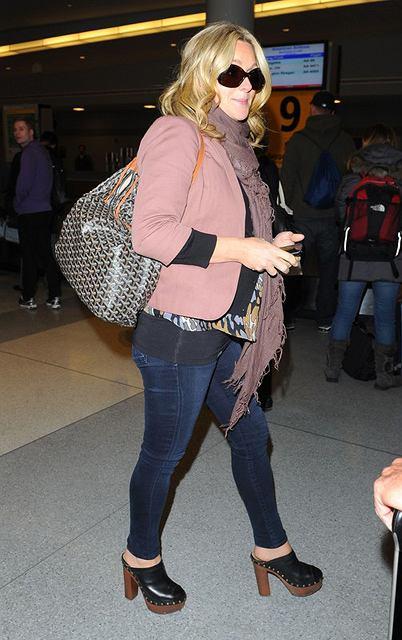 Jane Krakowski na lotnisku w różowym kardiganie i sweterku