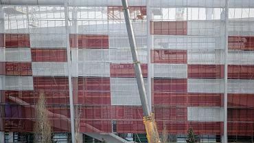 Najwięcej biało-czerwonej plecionki widać od strony stacji PKP Stadion