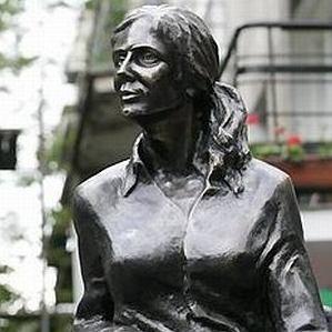 Pomnik Agnieszki Osieckiej na warszawskiej Saskiej Kępie