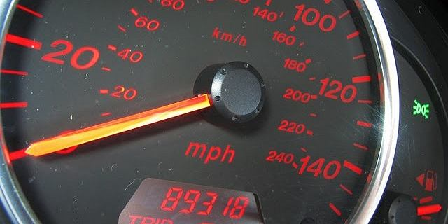Mamy pierwszy milion. Dostawczy mercedes przejechał ponad dwa miliony km. Na liczniku? 993 882 km