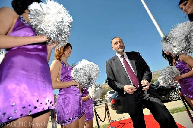 Prezydent Wrocławia Rafał Dutkiewicz w drodze na konferencję prasową poświęconą imprezie Monster Jam, która odbędzie się we wrześniu na nowowybudowanym stadionie piłkarskim na Maślicach