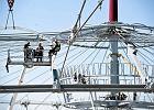 Alpiniści montują dach nad Stadionem Narodowym. Zdjęcia
