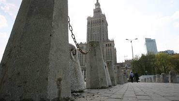 Centrum stolicy: zagrodzone betonem i łańcuchami