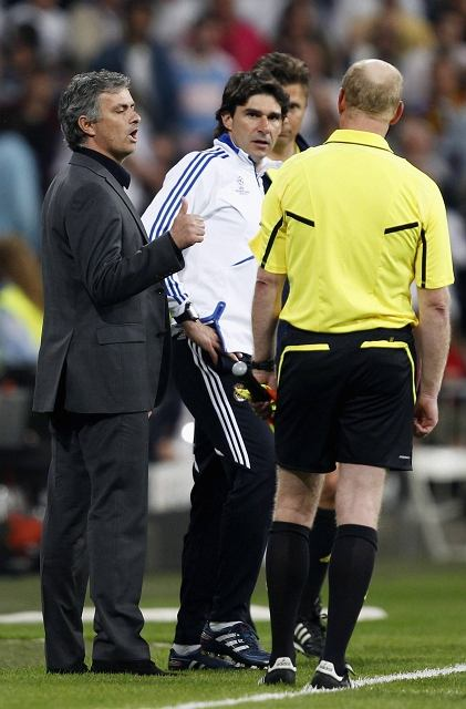 Jose Mourinho dyskutuje z sędzią asystentem podczas meczu Real - Barcelona w Lidze Mistrzów