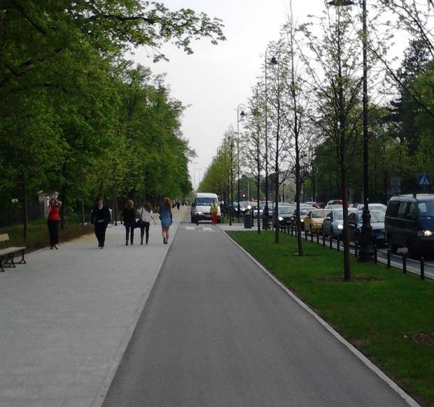 Furgonetka drogowców na ścieżce rowerowej