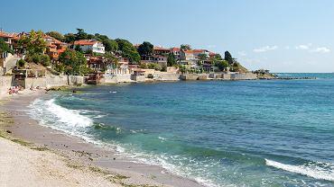 Nesebyr, Bułgaria. Nesebyr to zabytkowe miasteczko, różniące się znacznie od turystycznych kurortów Bułgarii. Stare miasto Nesebyru, które leży na półwyspie wysuniętym daleko w morze, wpisane zostało na Listę Światowego Dziedzictwa Kulturowego i Przyrodniczego UNESCO.