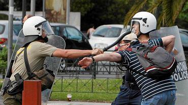 Policjant uderza pałką demonstranta. Ateny 29.06.2011