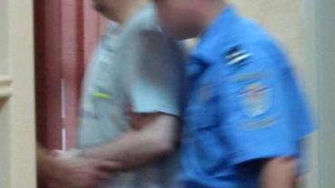 Zdjęcie przekazane przez rząd serbski - pojmany zbrodniarz wojenny Goran Hadzic przybywa do sądu specjalnego w Belgradzie.
