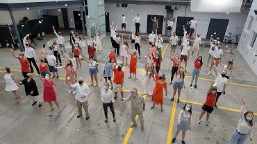 Studenci, profesorowie i pracownicy Warszawskiej Szkoły Filmowej w geście solidarności z Białorusią śpiewają 'Mury' Jacka Kaczmarskiego