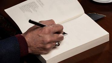Dedykacja do książki: jak stworzyć wyjątkowy wpis, który dostarczy wzruszeń obdarowanemu? Zdjęcie ilustracyjne