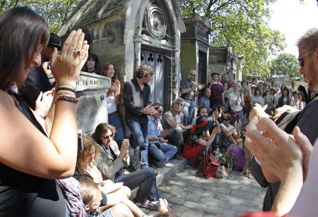 Fani przy grobie Jima Morrisona