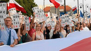 Manifestacja w obronie niezależności sadów przed Pałacem Prezydenckim.
