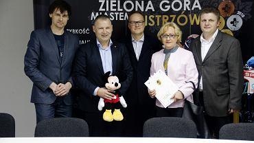 Stoją od lewej: Marek Jankowski, Robert Dowhan, Maciej Karnicki, Maria Jolanta Wegner, Piotr Kaczmarek