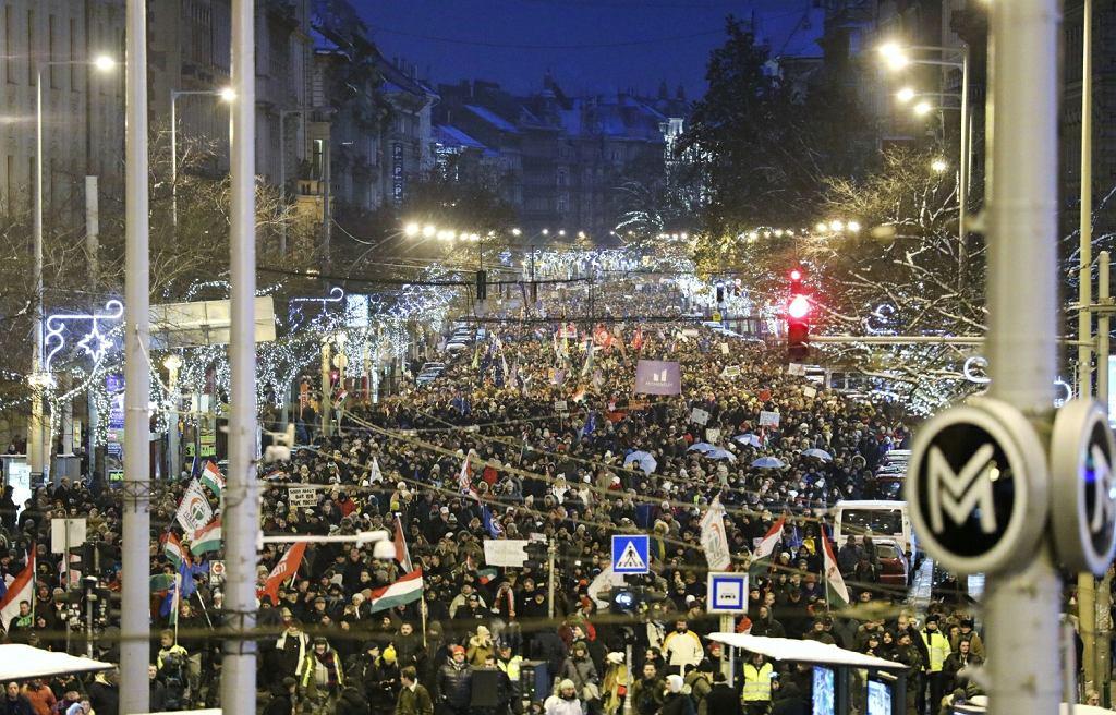 Antyrządowe protesty w stolicy Węgier. 'Wstrętny Fidesz' - skandowano