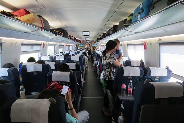 Niektóre chińskie pociągi są nieco szersze i zmieszczono w nich dodatkowy rząd foteli. Poza tym wnętrze jest bardzo podobne do tego w polskich pendolino