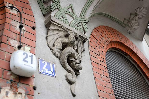 Hanna Kuraszkiewicz prowadzi badania konserwatorskie elewacji kamienicy przy ul. Łokietka 21