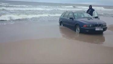 Auto na plaży w Mielnie