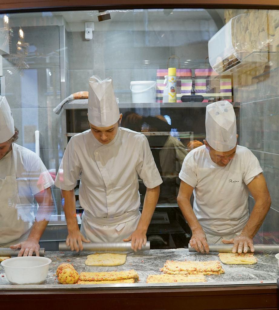 Cukiernicy robiący brioszki w Maison Pralus