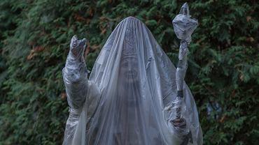 Pomnik Jana Pawła II na terenie Nuncjatury Apostolskiej w al. Szucha. Po protestach w sprawie zakazu aborcji zabezpieczono go folią