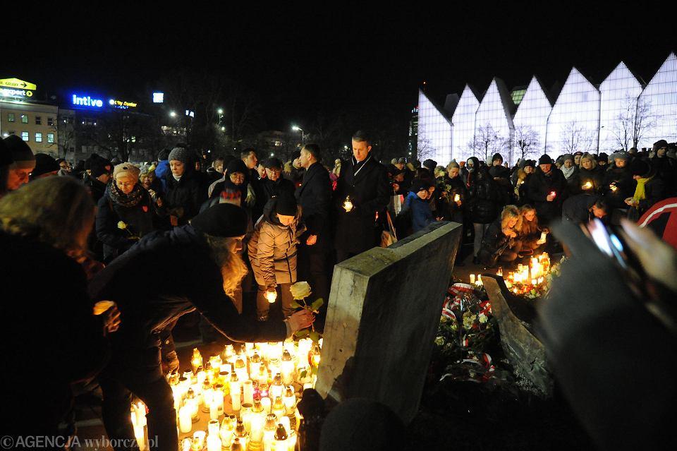 1d4da0d6ab635 Wstrząśnięci tragedią szczecinianie wypełnili cały pl. Solidarności