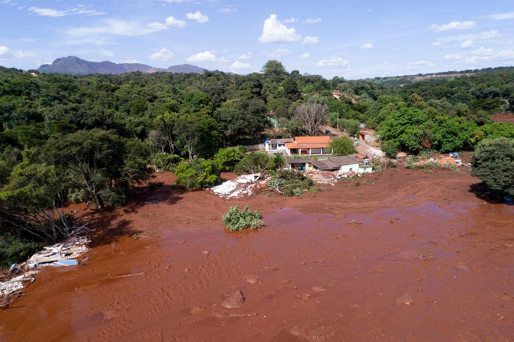 Brazylia. Runęła tama, lawina błota zalała okolicę. Są ofiary śmiertelne, ponad 200 osób zaginionych